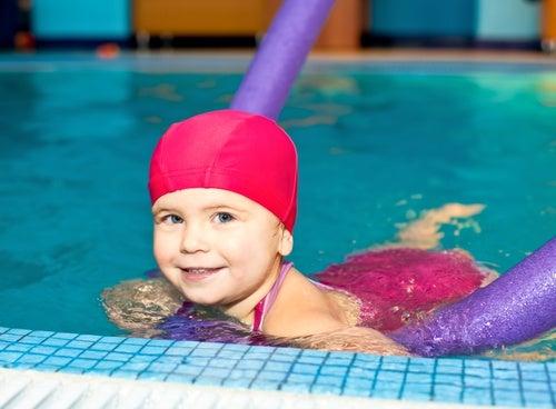 Bambina in piscina idroterapia