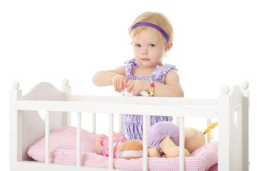 Bambina seduta nel lettino