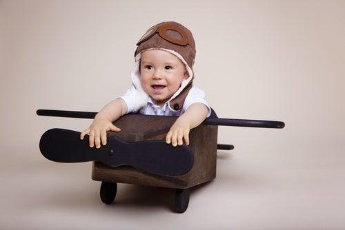 Bambino gioca da aviatore mancanza di stimoli