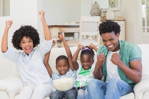 Famiglia davanti alla televisione