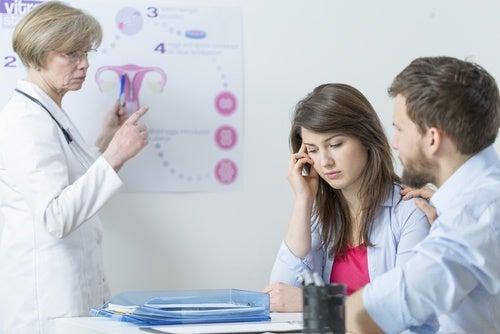 Ginecologa spiega a coppia