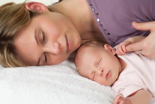Mamma e bambino dormono insieme