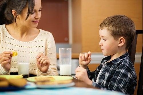 Mamma-e-figlio-a-tavola
