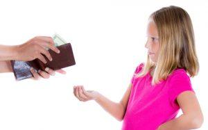 bambina-riceve-la-paghetta