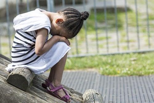 bambina seduta piange