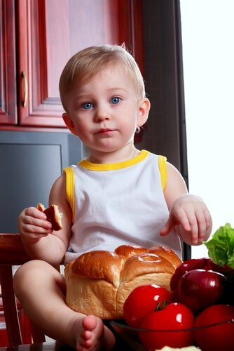 bambino che mangia pane