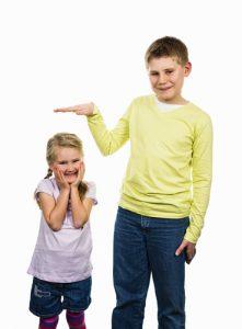 bambino-e-bambina-misurano-altezza