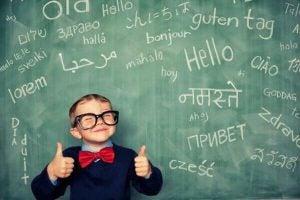 bambino-felice-davanti-a-parola-scritta-in-tutte-le-lingue