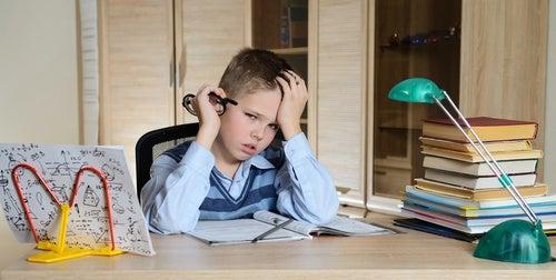 bambino stanco durante i compiti