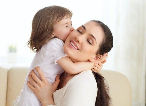 mamma abbraccio bambina