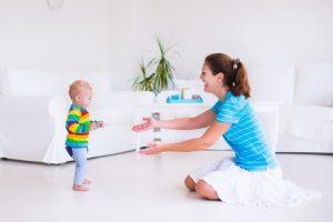 mamma-aiuta-il-bimbo-a-fare-i-primi-passi