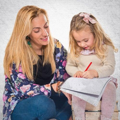 mamma aiuta la figlia a fare i compiti