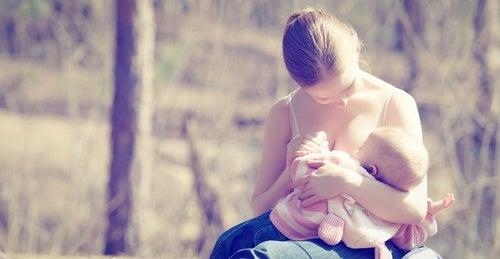 mamma che allatta all'aperto