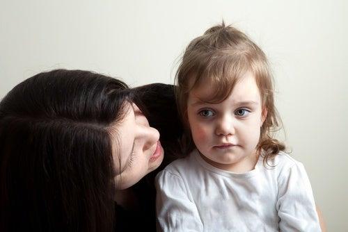 mamma che parla alla figlia per gestire la rabbia