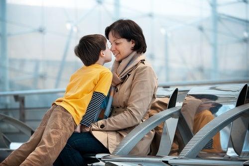 mamma e bambino all'aeroporto