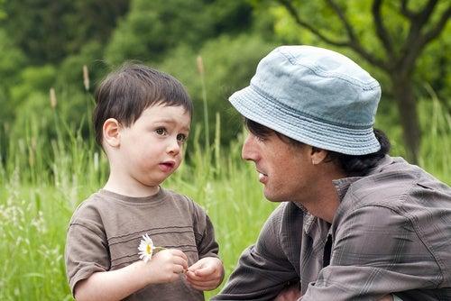 papa e bambino nel prato