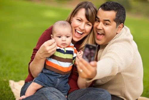Famiglia al parco: amore dei genitori