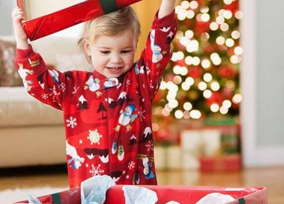 bambina-con-regalo