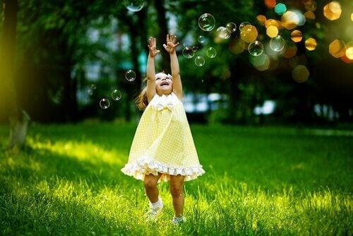 Bambina felice con bolle di sapone