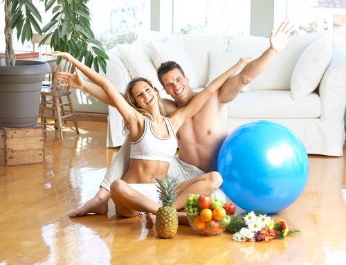coppia-felice-con-frutta