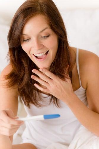 donna-felice-con-test-di-gravidanza