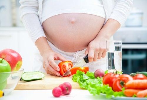 Donna-incinta-che-cucina