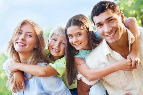 Genitori-e-figli-abbracciati