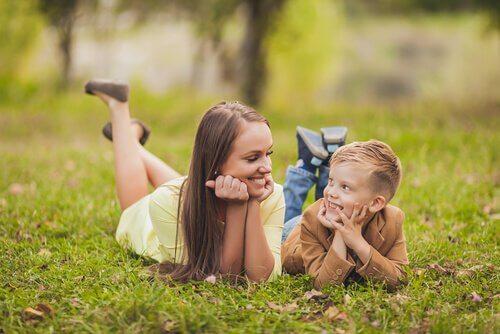 Madre e figlio che si guardano comunicazione con i nostri figli