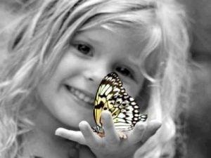 bambina-con-farfalla bambino indaco
