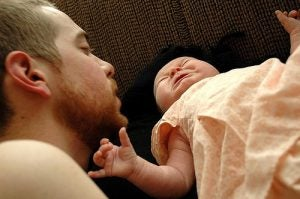 bambina-pianto-con-papa