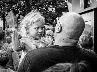 padre insegna alla figlia arrabbiata a non urlare
