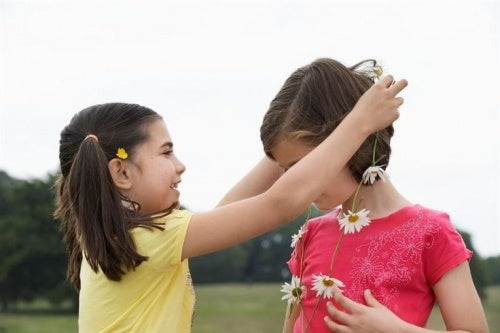 bambina-regala-collana-di-fiori-ad-amica