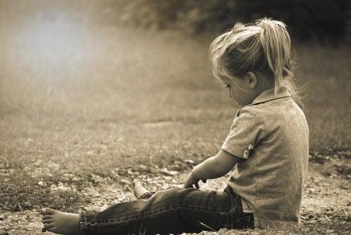 bambina-seduta-per-terra