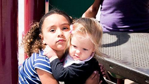 bambine-che-si-abbracciano-amico