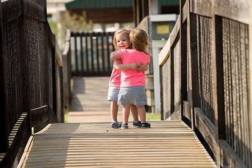 bambine-si-abbracciano-amico