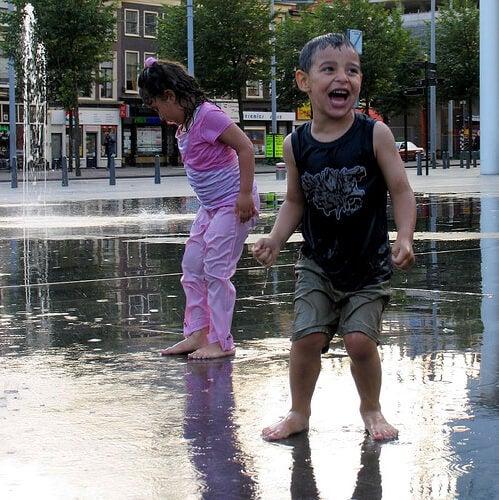 bambini-sotto-la-pioggia