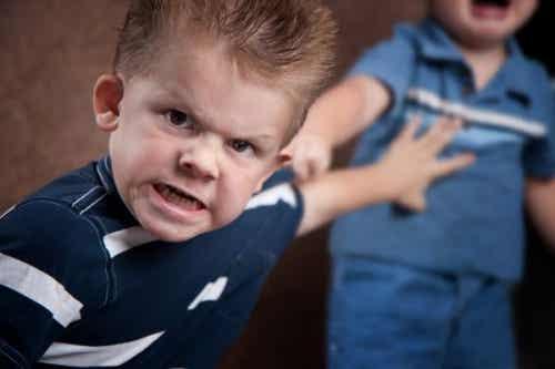 Figli aggressivi: genitori che difendono il loro cattivo comportamento