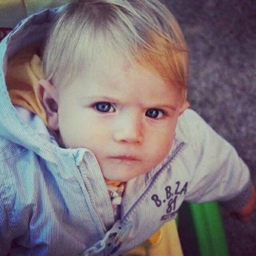 bambino-col-broncio