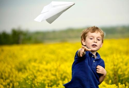 bambino-gioca-con-aeroplanino-di-carta