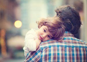 bambino-in-braccio-al-papa