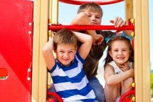 Bambini che si divertono al parco giochi