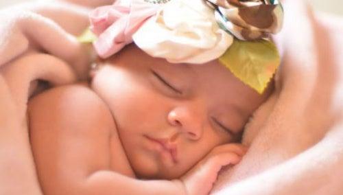 bimbo-che-dorme-avvolto-da-coperta