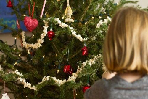 Bambina con troppi regali a Natale