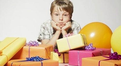 Bambino con troppi regali