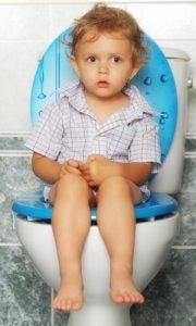 bimbo-seduto-sul-gabinetto