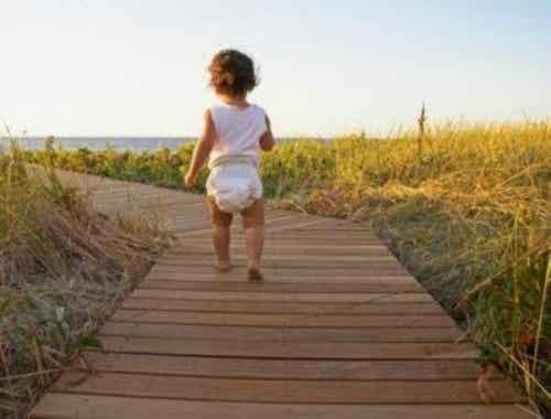 3 esercizi per aiutare un bambino a camminare