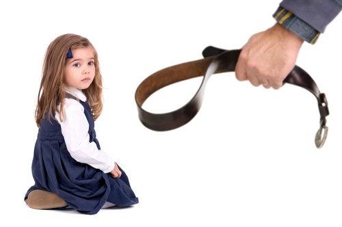 Le punizioni fisiche danneggiano il coefficiente intellettuale dei vostri figli