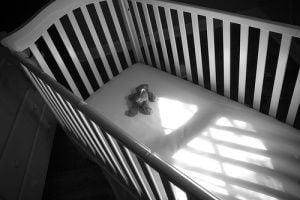 culla-vuota-in-bianco-e-nero