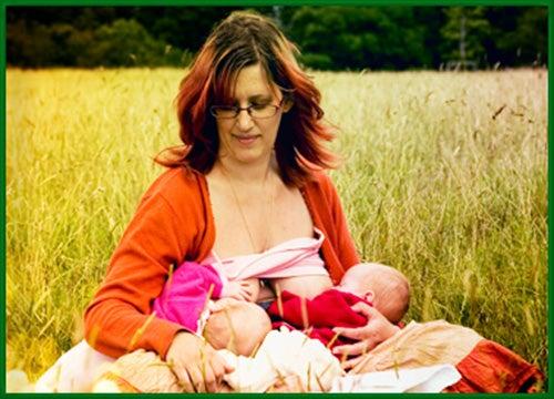 donna allatta due gemelli