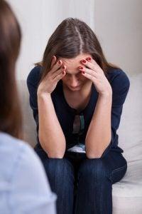 donna-con-testa-tra-le-mani ansia di restare incinta